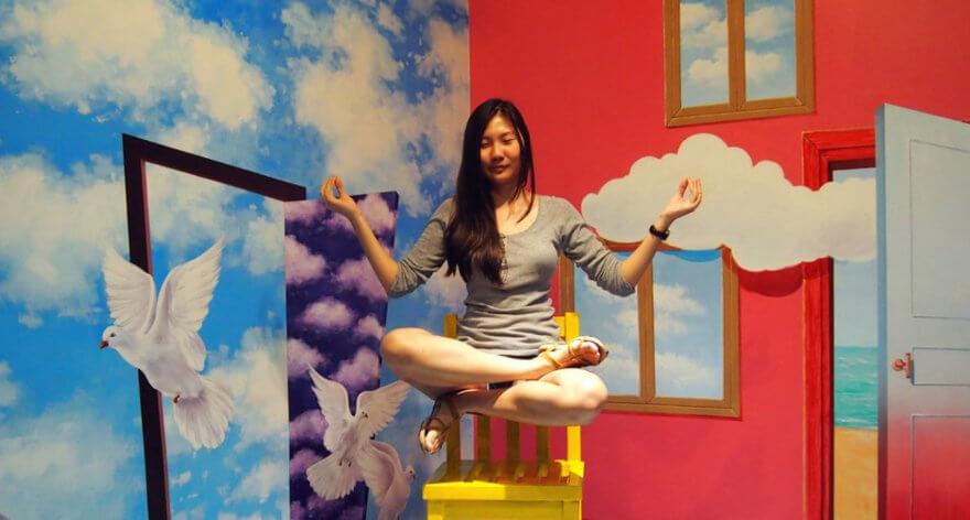 Mujer sentada como levitando en una de las instalaciones del Trick Eye Museum en Corea - El primer museo de realidad virtual en México